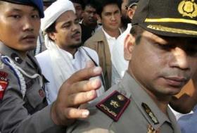 """HABIB RIZIEQ, TATKALA DIGIRING POLISI. """"FPI dinilai dekat dengan orang-orang di sekeliling Soeharto, karena ketika Letjen (Purn) Prabowo Subianto masih aktif, diduga FPI adalah salah satu binaan menantu Soeharto tersebut. Namun, setelah Prabowo jatuh, FPI kemudian cenderung mendekati kelompok Wiranto yang tengah bermusuhan dengan kelompok Prabowo"""". (Foto: download detik.com)"""