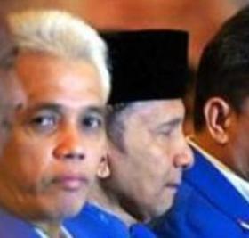 "HATTA RAJASA-AMIEN RAIS. ""Amien Rais bukanlah tokoh populis yang mempunyai massa pendukung fanatik yang loyal, walaupun banyak yang kagum akan pemikirannya yang menginsiprasi mengenai reformasi untuk memperbaiki kondisi Indonesia yang terpuruk di akhir era Orde Baru. Nama besar Amien Rais tidak cukup kuat untuk mengangkat popularitas PAN, bahkan sekarang malah menjadi hambatan, sehingga nampak adanya usaha untuk melepaskan diri dari ketergantungan terhadap sosok Amien Rais"". (Foto Antara)."