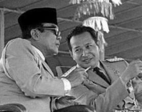 "SOEKARNO DAN JENDERAL SOEHARTO. ""Di sisi lain, pada waktu yang sama, tak kurang dari Istana Presiden Soekarno sendiri yang menjadi pelopor pesta tari lenso di malam hari. Pesta yang dihadiri selain para menteri, juga dihadiri oleh para pengusaha dan dimeriahkan perempuan selebrities yang serba rupawan dan gemerlap"". ""Di masa kekuasaan Jenderal Soeharto, konsep dwifungsi yang sebenarnya ideal untuk proses transisi bila dijalankan dengan baik dan benar oleh ABRI, justru menjadi jalan baru bagi tentara untuk tetap bertahan dalam posisi-posisi kekuasaan sekaligus payung pelindung bagi ekses kekuasaan yang terjadi"". (foto dokumentasi/download)."