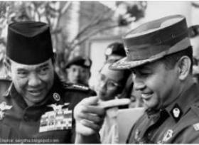 "SOEKARNO DAN JENDERAL SOEHARTO. ""Dengan demikian kita akan memperoleh catatan tentang kebenaran sepenuhnya. Kita pun akan memiliki catatan kebenaran yang objektif tentang peranan beberapa tokoh pimpinan nasional kita dalam rangkaian peristiwa, mulai dari Ir Soekarno sampai Jenderal Soeharto dan para jenderalnya, sampai sepak terjang DN Aidit dan PKI maupun pimpinan-pimpinan ormas yang terlibat dalam kekerasan timbal balik kala itu"". (foto Reuters/nusantarahistory)"