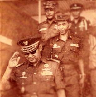 "JENDERAL SOEHARTO DAN JENDERAL HR DHARSONO. ""Kepala Staf Kodam Siliwangi waktu itu adalah Brigadir Jenderal HR Dharsono, yang juga anti PKI, namun berbeda dengan Ibrahim Adjie, tidak memiliki kedekatan dan simpati terhadap Soekarno. Ketika HR Dharsono kemudian naik menggantikan Ibrahim Adjie sebagai Panglima Siliwangi 20 Juli 1966, peta dukungan politik kepada Soekarno di Jawa Barat samasekali berubah. Ia sangat membantu gerakan anti Soekarno, khususnya dari kalangan mahasiswa, cendekiawan dan kesatuan aksi pada umumnya"". (Foto dokumentasi MI)"