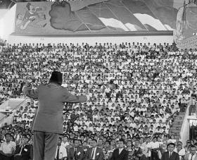 "PRESIDEN SOEKARNO DI DEPAN MASSA PKI, SENAYAN 1965. ""Selain membela PKI sebagai salah unsur dalam konsep Nasakom ciptaannya, di sisi lain ia terkesan 'mengecilkan' peristiwa pembunuhan para jenderal pada 1 Oktober 1965 dinihari sebagai hanya riak kecil dalam samudera revolusi. Sikap politiknya ini memicu dan memberi jalan kepada Jenderal Soeharto dan para perwira pengikutnya untuk mengembangkan lanjut hasrat untuk masuk lebih dalam ke gelanggang kekuasaan. Bila Soekarno 'membekukan' PKI, Jenderal Soeharto dan kawan-kawan akan kehilangan alasan untuk bertindak terlalu jauh"". (foto asiafinest)."