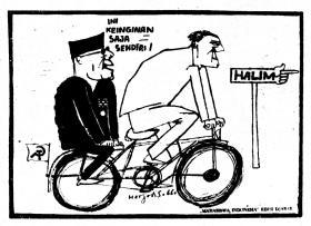 """KARIKATUR SOEKARNO KE LUBANG BUAYA HALIM. """"Apalagi, pada 1 Oktober ia justru memilih ke Halim Perdanakusuma: Bertemu Laksamana Udara Omar Dhani, Brigjen Soepardjo dan berkomunikasi dengan DN Aidit dari sana, sementara DN Aidit sendiri meninggalkan Jakarta menuju Jawa Tengah dengan pesawat AURI dari pangkalan itu. Ini semua adalah bibit awal dari akumulasi ketidakpercayaan"""". (Karikatur Harijadi S, 1966)"""