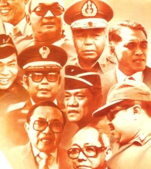 """JENDERAL MUHAMMAD JUSUF DI ANTARA PARA JENDERAL REZIM SOEHARTO. """"Pada masa Soeharto itu, begitu banyaknya tokoh yang memiliki keinginan menjadi number one, namun selain Jenderal Jusuf dan Marzuki Darusman, tak pernah ada yang menyatakannya langsung kepada Soeharto atau mewacanakannya secara terbuka. Mereka yang betul-betul berambisi, termasuk sejumlah jenderal di seputar Soeharto, lebih memilih jalan belakang ala permainan wayang"""". (Repro dari cover buku """"Soeharto dan Barisan Jenderal Orba'/David Jenkins, Komunitas Bambu)"""