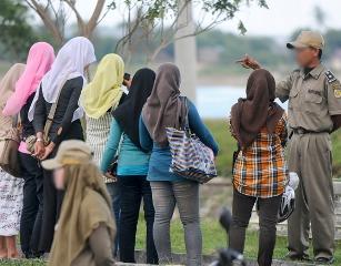 """PETUAH SAAT TERJARING RAZZIA PENERTIBAN BUSANA DI BANDA ACEH. """"Selain mengatur cara berperilaku dan cara berpakaian –terutama terhadap gender perempuan– Qanun juga berisi pasal-pasal lain tentang penegakan syariah Islam, mulai dari masalah perzinahan sampai pencurian, layaknya yang berlaku di negara-negara Islam Timur Tengah"""". (foto-foto download gizanherbal/perisai.net)"""