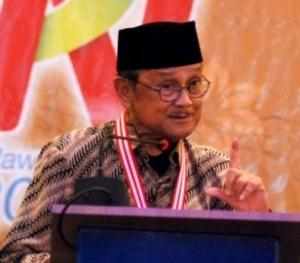 """MEDALI EMAS UNTUK BJ HABIBIE. """"Meski dikatakan seleksi terhadap penerima medali """"sangat ketat"""", tak bisa dianggap bahwa mereka yang pernah dianugerahi medali tersebut sangat layak dan berjasa luar biasa terhadap penegakan kebebasan pers di Indonesia. Kalau ada tokoh yang betul-betul tepat untuk dianugerahi sejauh ini dalam konteks kebebasan pers, barangkali itu adalah tokoh dari kalangan pers sendiri, yakni Mochtar Lubis, pemimpin suratkabar Indonesia Raya"""". (Foto Antara)"""