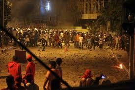 """SALAH SATU KERUSUHAN DI AMBON, SEPTEMBER 2011. Dalam dua setengah tahun sejak 1999 menelan korban jiwa 9000 orang. """"....pembunuhan terhadap para preman Ambon Muslim dan Kristen itu mengakibatkan kedua kelompok itu bertekad melakukan balas dendam terhadap satu sama lain di kampung halaman mereka di Maluku."""" (foto-foto, download)"""