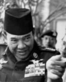 """PRESIDEN SOEKARNO. """"Pada tahun 1959 Indonesia meloncat kepada apa yang disebut demokrasi terpimpin. Parlemennya pun sama sekali tidak tersentuh oleh proses pendewasaan, apalagi karena pada tahun 1960 Indonesia langsung memasuki situasi revolusi. Pemimpin Besar Revolusi membawahi seluruh lembaga-lembaga, termasuk parlemen yang sebenarnya harus berdiri sendiri dengan fungsi legislatifnya. Ini juga semacam cost politik yang harus dibayar untuk suatu sistem yang terpimpin seperti itu."""" (foto download)"""