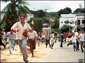 """KERUSUHAN AMBON 1999. """"Dilihat dari langgengnya pembunuhan antaragama di Kepulauan Maluku, penyebaran Lasykar Jihad yang cepat di kedua provinsi kembar itu, keberfihakan sejumlah besar anggota TNI dan Polri dengan fihak-fihak yang bertikai, serta ketegaran para perwira dari faksi Wiranto, di mana tidak seorang pun telah diajukan ke pengadilan atau bahkan diselidiki keterkaitannya dengan konflik berkepanjangan di Maluku, orang tidak dapat lagi mempercayai retorika resmi di Indonesia bahwa yang terlibat hanyalah """"oknum-oknum pembangkang"""" (rogue elements)."""" (foto download, AP)"""