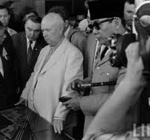 "KHRUSCHOV DAN BUNG KARNO DI JAKARTA. ""Kediktatoran yang selalu dikutuk Bung Karno hanyalah ""kediktatoran burjuis"". Bung Karno tidak pernah mengutuk kediktatoran-proletar. Bung Karno selalu mengutuk Hitler – komunis juga selalu mengutuk Hitler. Tapi Bung Karno tidak pernah mengutuk Stalin, itu ""diktator terbesar dalam sejarah Rusia…. pembunuh…. penjahat… despot kaliber Ivan the Terrible…."", seperti kata Khruschov tempo hari. Memang Peking dan PKI tidak suka akan segala tuduhan terhadap Stalin ini."" (foto LIFE)"