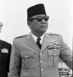 """SOEKARNO. """"Dari sudut pelaksanaan Marxisme-Leninisme, Bung Karno memang berhasil. Bung Karno berhasil membangun Kediktatoran Demokratis Rakyat. Bung Karno berhasil mematangkan situasi revolusioner. Bung Karno berhasil memecah belah dan menyapu bersih kekuatan-kekuatan dan tokoh-tokoh anti komunis. Bung Karno berhasil mendudukkan PKI ke posisi berkuasa. """" (foto Life)"""