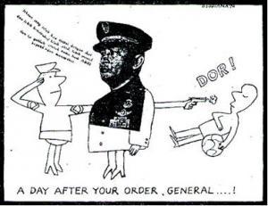 """A DAY AFTER YOUR ORDER, GENERAL! """"Soalnya, hanya sehari sebelum peristiwa, dalam perayaan Hari Ulang Tahun ABRI 5 Oktober 1970, Jenderal Soeharto mengeluarkan suatu perintah harian kepada jajaran ABRI yang isinya meminta ABRI tidak menyakiti hati rakyat. Ini, malah membunuh rakyat, hanya sehari sesudahnya."""" (karikatur Dendi Sudiana, 1970)"""