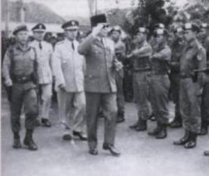 """SOEKARNO-UNTUNG-SOEHARTO. """"Soeharto adalah orang yang menampung begitu banyak informasi dan petunjuk tentang akan terjadinya suatu gerakan yang ditujukan kepada jenderal-jenderal koleganya yang merupakan perwira teras Angkatan Darat. Dan informasi-informasi itu justru datang dari dua calon pelaku gerakan, yakni Letnan Kolonel Untung dan Kolonel Latief."""""""