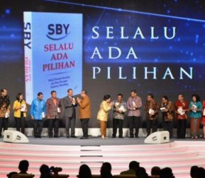 """BUKU SBY 'SELALU ADA PILIHAN'. """"Dan, believe it or not, tak kurang dari presiden kita menulis telah mengalami sesuatu yang olehnya sendiri digambarkan sebagai mirip adegan film horor dan cerita-cerita lama. """"Tetapi sungguh ada. Sungguh nyata."""" (download merdeka.com)"""