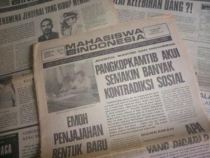 """BERITA 'MAHASISWA INDONESIA' SOAL PANGKOPKAMTIB. """"Pencabutan SIT bagi Mingguan Mahasiswa Indonesia disertai alasan-alasan yang berat-berat, seperti mencampuri politik tingkat tinggi, melakukan adu domba politik tingkat tinggi, menghina kepala negara dan ibu negara, penghasutan dan sebagainya yang berkelas subversi dan makar."""""""