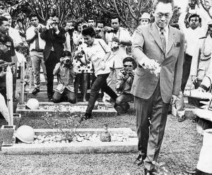 """LEE KUAN YEW TABUR BUNGA DI TMP KALIBATA, 1973. """"Ia juga memiliki kemampuan bersikap rendah hati, saat hal itu diperlukan. Kesediaannya datang menabur bunga di pusara Usman dan Harun di Taman Makam Pahlawan Kalibata 1973 bisa meredakan kegusaran Soeharto. Sayang, ia tak begitu berhasil mengestafetkan banyak sikap kenegarawanan seperti yang dimilikinya kepada generasi baru pemerintahan Singapura. Selama masih hidup, Lee masih punya kesempatan melakukannya."""" (download soeharto.co)"""