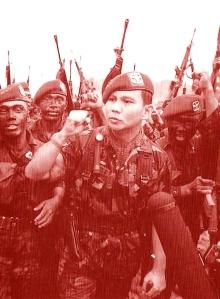 """LETNAN JENDERAL PRABOWO SUBIANTO. """"Di antara 'beban' sejarah yang tak mudah dilepas dari pundak Prabowo Subianto, adalah kasus penculikan dan penghilangan aktivis kritis di masa kekuasaan mertuanya, Jenderal Soeharto. Peristiwa itu, sejauh ini masih separuh jelas separuh gelap. Kenyataannya, masih terdapat sejumlah orang yang dianggap diculik atas perintah Jenderal Prabowo Subianto, hingga kini belum jelas keberadaannya. Kemungkinan besar sudah tewas, namun tak pernah ditemukan jasadnya... Namun, 'beban' sejarah yang paling berat, tentu adalah 'percobaan kudeta' yang sempat akan dilakukannya terhadap Presiden BJ Habibie masih di hari pertama setelah dilantik sebagai Presiden, 22 Mei 1998."""" (Sumber foto, Tempo)"""