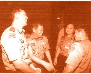 "PRABOWO SUBIANTO DIANTARA TAWA PARA JENDERAL: SJAFRIE SJAMSOEDDIN, AGUM GUMELAR, YUNUS YOSFIAH. ""Satu dan lain hal, tidak dituntaskannya pencarian kebenaran dari peristiwa di tahun 1998 itu, hingga kini, sejumlah jenderal masih selalu dilekati stigma, termasuk Jenderal Wiranto dan Letnan Jenderal Sjafrie Sjamsoeddin yang kini menjabat sebagai Wakil Menteri Pertahanan. Stigma pelanggaran HAM di Timor Timur pun masih selalu dilekatkan kepada Jenderal Wiranto dan sejumlah perwira lainnya yang pernah bertugas di sana saat daerah itu menjadi provinsi ke-27.  Hal yang sama juga terjadi pada sejumlah jenderal dalam berbagai peristiwa. Stigma itu bisa benar dasar faktanya, sebagaimana itu pun bisa tidak benar, atau setengah benar setengah tidak benar. Maka kebenaran sejati harus dicari, untuk mengambil suatu kesimpulan dan sikap yang adil. Selama kebenaran peristiwa tidak ditelusuri, ia akan terus menjadi stigma."" (foto tempo)"