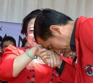"JOKOWI DAN MEGAWATI SOEKARNOPUTERI. ""Sedikit mengagetkan adalah reaksi Jokowi terhadap tuduhan tersebut. Dituduh keturunan PKI, Jokowi mengatakan ""Ini penghinaan besar bagi saya pribadi serta ke orang tua saya."" Pola reaksi merasa terhina juga ditunjukkan para petinggi PDIP ketika tvOne dalam salah satu pemberitaannya menyebut PDIP adalah partai tempat berkumpulnya orang-orang PKI dan oarang-orang anti militer."" (foto download)"