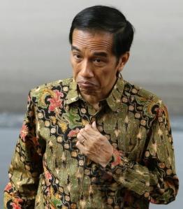 """JOKOWI DALAM UTUSAN MALAYSIA. Geram soal kapal asing pencuri ikan di perairan Indonesia, Selasa 18 November di Istana Negara, Jokowi dikutip pers mengatakan, """"Nggak usah tangkap-tangkap, langsung saja tenggelamkan. Tenggelamkan 10 atau 20 kapal, nanti baru orang mikir."""" Menteri Luar Negeri Indonesia merasa perlu 'merasionalkan' kalimat presiden tersebut, bahwa pemahamannya terkait dengan law enforcement...... Tak urung, merasa negaranya terkena pernyataan keras Jokowi, Utusan Malaysia –media milik partai penguasa negara tetangga itu– menyebut Presiden Indonesia itu angkuh dan memilih pendekatan konfrontasi."""