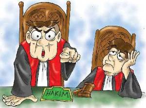 "MEJA HIJAU. Masihkah pembaca ingat istilah ""meja hijau"" dan ""dimejahijaukan""? Istilah itu untuk menamai pengadilan waktu dulu. Dinamai demikian karena meja di ruang pengadilan ditutup laken berwarna hijau. Dengan berjalannya waktu, ketika banyak muncul hakim ""nakal"", muncul pula ungkapan ""sekarang meja itu tidak berwarna hijau lagi."" Memang kini meja di ruang sidang tak lagi berwarna hijau. Semua diganti meja kayu ukir yang mahal. Ruang sidang juga disulap menjadi ruang yang megah, dilengkapi perabot yang megah pula. Hakim-hakimnya dibusanai jubah hitam dengan warna merah mengilap di bagian depan.Pokoknya semua yang ada di ruang sidang disulap menjadi serba megah. Namun, di kemegahan itu, ""aura""nya hampa, menandakan wibawa yang lenyap. Kita pasti akan bertanya mengapa bisa demikian? Salah siapa ini? Apakah karena ulah para hakimnya? Menurut saya jelas ""iya"", itulah sebab utamanya. Karena ada hakim yang memutus perkara berbau kontroversial, ada pula yang menafsirkan hukum tanpa mengindahkan rambu-rambu sehingga putusannya membingungkan dan terkesan tak adil. Jika masih ingin bukti lebih akurat, lihat kejadian di ruang sidang. Ruang yang dulu dianggap sakral itu kini bisa dimasuki demonstran hingga ratusan orang. Mereka berteriak-teriak ""hakim tak adil"", lalu menyerangnya hingga hakim lari tunggang langgang. Memikirkan hal ini saya jadi sedih. Apakah sejelek itu keadaan pengadilan kita sekarang? Belum lagi kalau kita ingat tidak adanya sopan santun antar hakim. Ada hakim bawahan yang melaporkan mantan atasannya yang jauh lebih senior kepada polisi atas dakwaan telah melakukan pencemaran nama baik. Padahal, maksud mantan atasannya itu baik, yakni memberi nasihat serta petunjuk bagaimana menjadi hakim yang baik. Bukankah perbuatan itu sudah keterlaluan, menandakan mereka sudah tak punya tata krama sehingga timbul penilaian akan hilangnya wibawa pengadilan? Tak usah mencari jauh-jauh penyebab hilangnya wibawa pengadilan, seperti perkembangan ekonomi dan sebagainya yang m"