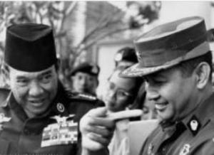 """SOEKARNO DAN SOEHARTO. """"Satu per satu, bila ditelusuri jejaknya, tak ada satu pun di antara para tokoh utama yang terlibat –yang langsung maupun tak langsung pada akhirnya mencipta konflik berdarah di bulan September 1965– menunjukkan kebajikan yang cukup berharga. Beberapa di antaranya bahkan menampilkan perilaku buruk, keji, tak kenal belas kasihan dan penuh intrik."""" (foto download)"""