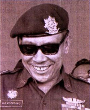 "JENDERAL ALI MOERTOPO. ""Kalau Ali baru kembali dari bertemu dengan Soeharto ia mengajak beberapa orang berkumpul dan menginformasikan apa yang saat itu misalnya membuat Soeharto marah dan sebagainya. Tidak boleh tidak, saat itu Soeharto tak terlepas dari tipikal Jawa yang sudah menjadi 'raja', takkan mau melepaskan tahta dan mahkota."""